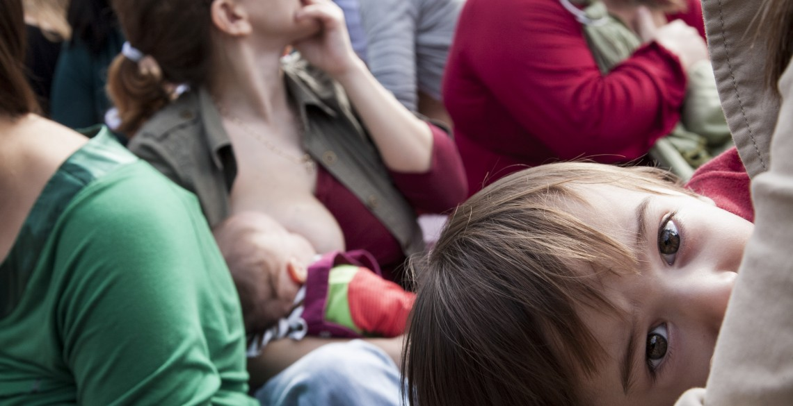 Public Breastfeeding in Thessaloniki. As part of the celebration of World Breastfeeding Week, the Network of Support Groups Breastfeeding and Motherhood, held an event on breastfeeding, White Tower, Thessaloniki./Δημόσιος μητρικός θηλασμός στην Θεσσαλονίκη.Στα πλαίσια του εορτασμού της Παγκόσμιας Εβδομάδας Μητρικού Θηλασμού, το Δίκτυο των Ομάδων Υποστήριξης Μητρικού Θηλασμού και Μητρότητας, πραγματοποίησε εκδήλωση για τον μητρικό θηλασμό, στονΛευκό Πύργο στην Θεσσαλονίκη.